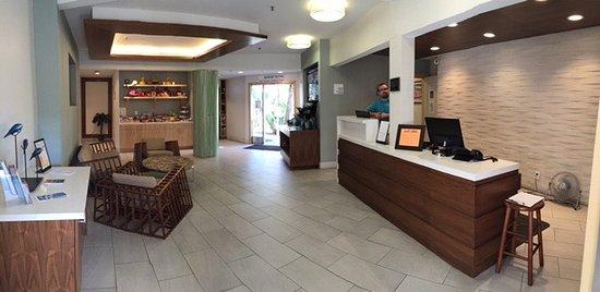 Catalina Canyon Resort & Spa: Refurbished lobby with refreshment center