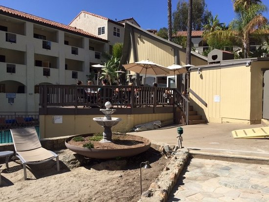 Catalina Canyon Resort & Spa: The lack of water means no fountain but the pool is filled