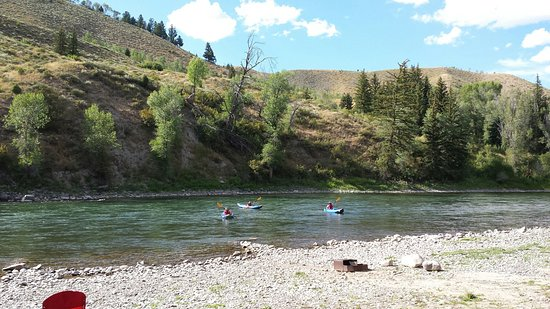 Snake River Park KOA and Cabin Village: The riverbank at the campground