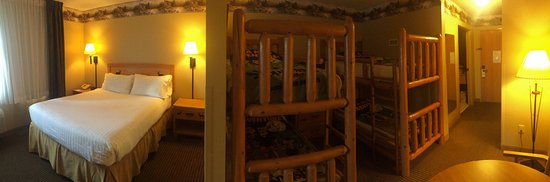 Dundee, MI: Here you have a hotel room with bunk beds for kids. There are other photos of the Treetop restau