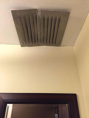 Hotel Universel Quebec: grille d'aération de la salle de bains chambre 216