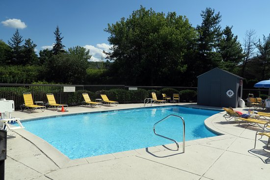 Williston, VT: Outdoor pool is in the front of the hotel.