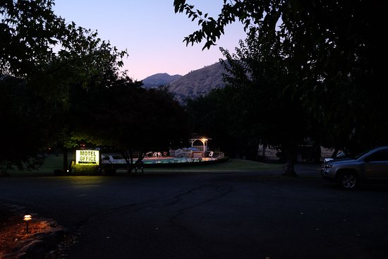 Three Rivers, CA: After sunset, view from motel's entrance