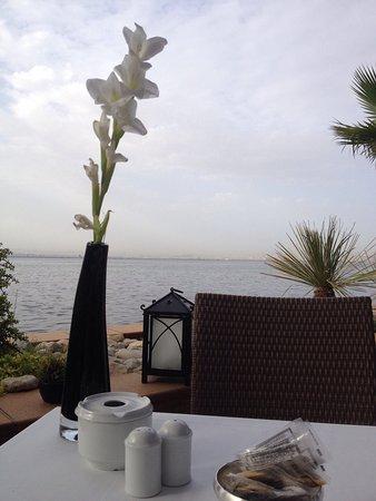 Hotel Les Berges Du Lac- Concorde: Vu imprenable sur le lac pour un excellent petit déjeuner.