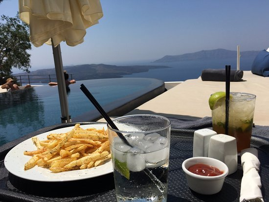 Porto Fira Suites: snack and drinks by the pool