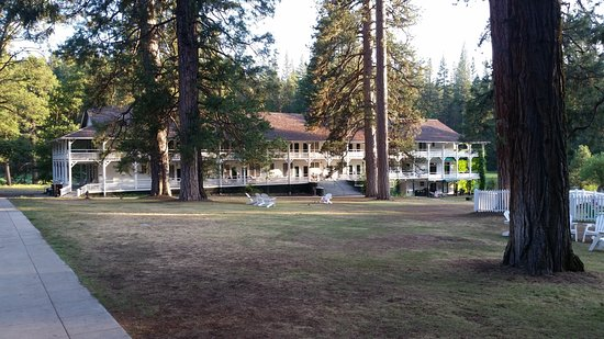 Wawona Hotel, National Historic Landmark : Wawona bâtiment adjacent juillet 2015, on devine la piscine à droite