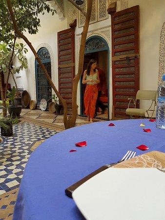 Ryad El Borj: Notre table dressée élégamment dans le patio commun