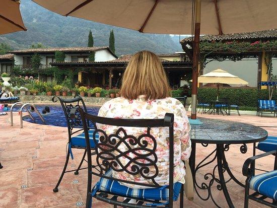 Hotel Atitlan: Piscina y jardin