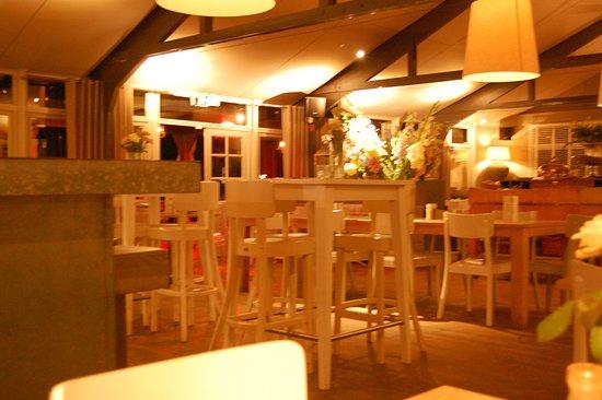 abel grand caf restaurant interieur in de avond gezellig maar licht veel wit