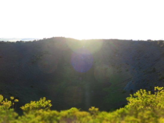 Mount Gambier, Australie : The sun rising over the rim