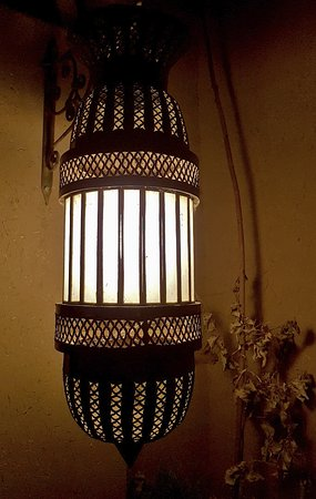 Chez Pierre: Une des nombreuses lampes