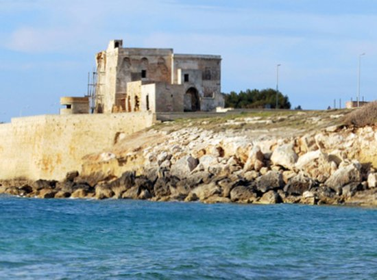 Maruggio, Italy: La torre dell'Ovo arroccata sul promontorio