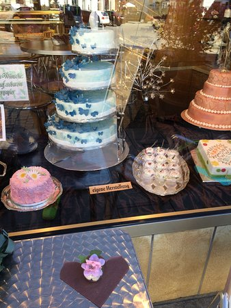 Forchheim, Germania: delicate cakes showcase and fancy decoration on its outdoor cafe table