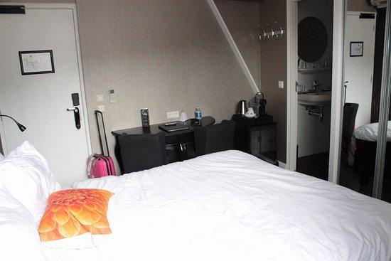 Hotel Sint Nicolaas: zdj ecie zrobione stojąc pod samą ścianą , przy szafie malutko przejścia, za szafą wejscie do wc