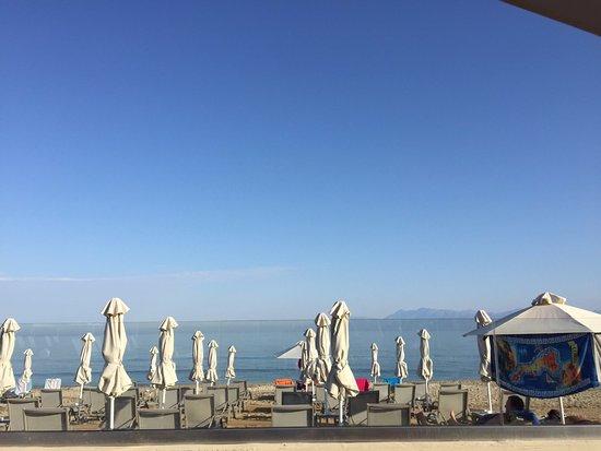 Acharavi Beach Hotel: Ausblick aus der Beach Bar Thines