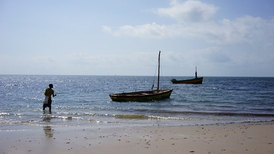 Inhassoro, Mozambik: Dhow and bait fisherman on the beach outside Dugong Lodge.