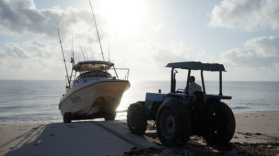 Inhassoro, Moçambique: Marlin boat charter being launched by Dugong Lodge tractor.