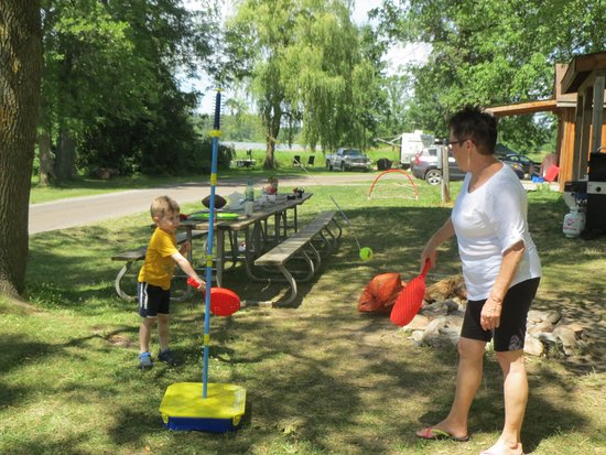 Ingleside, Canadá: playing with Grandma in front of the cabin