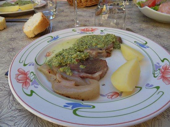 Sainte-Eulalie-d'Olt, Francja: Tête de veau sauce au beurre