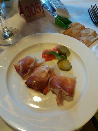 Almhotel Bergerhof: Antipasto: involtino di speck con formaggio spalmabile ed erba cipollina
