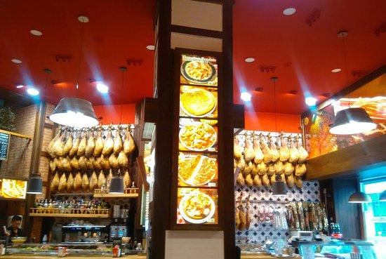 Buena decoración y ración mixta de jamón ibérico y queso por 16€. Avisados quedáis.