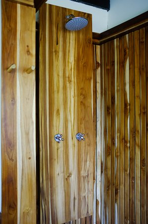Balgue, Nikaragua: Teak shower with hot water at the Volcano View Luxury Suite