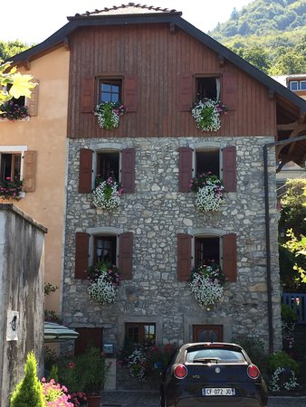 Meillerie, Frankreich: flowers at every window nearby