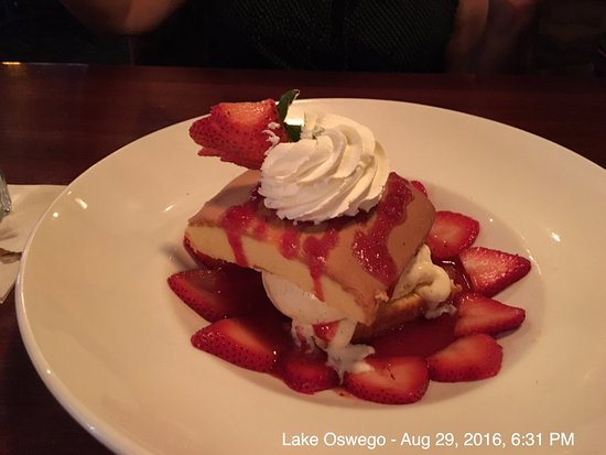Lake Oswego, Oregón: Strawberry pound cake - highly recommended for dessert!