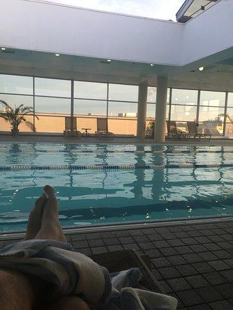 Hyatt Regency Cambridge, Overlooking Boston: relaxing by the pool