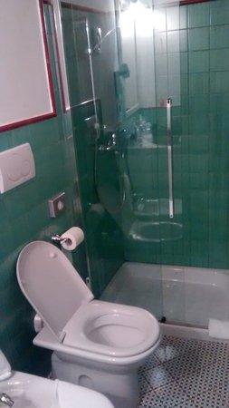 Relais Corte Palmieri: Salle de bain minuscule et vieillote