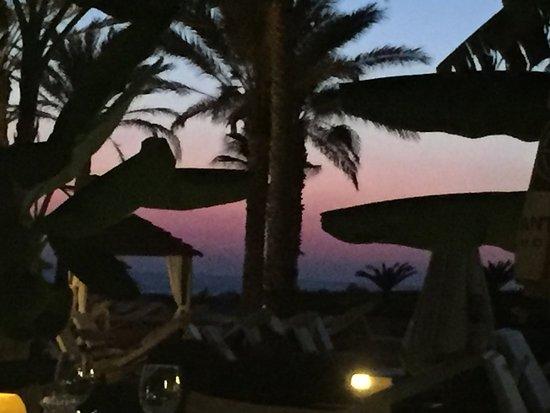 Constantinou Bros Asimina Suites Hotel: Abendessen am Strand