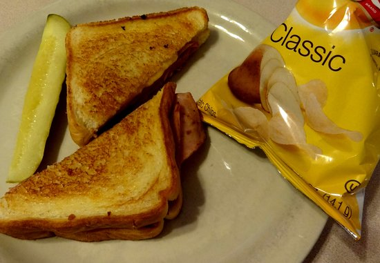 Albion, État de New York : Grilled ham and cheese with chips