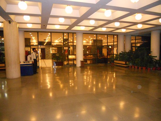 Shivalik View: Вход в отель... секьюрити