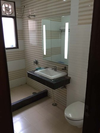 Hotel Namaskar Residency: Bathroom