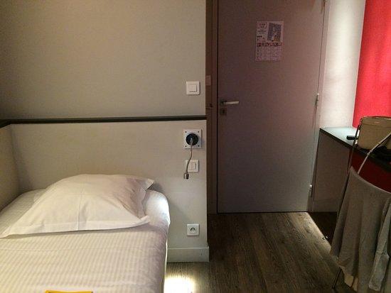 Hotel de la Presse : No space and lousy lighting