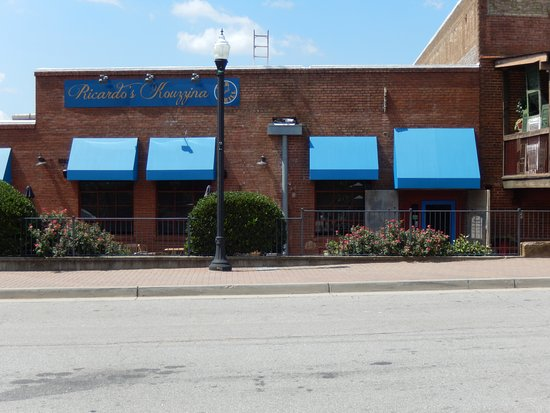 Madison, GA: This is the outside of the restaurant. It's in the building formerly known as The Ice House.