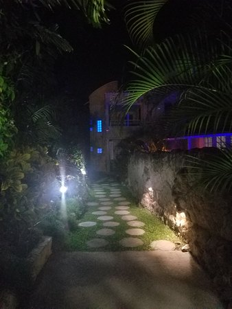 Holetown, Barbados: Walking up at night