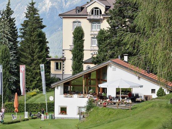 Vulpera, Schweiz: Aussenansicht vom Golfplatz aus.