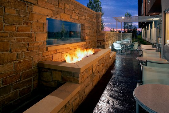 SpringHill Suites Chicago Waukegan/Gurnee: Patio with Firepit