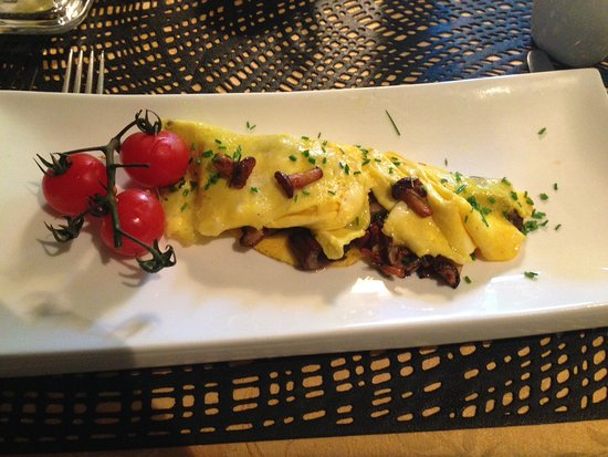Lac-Superieur, Kanada: Omelette with mushroom trio and roasted tomatoes