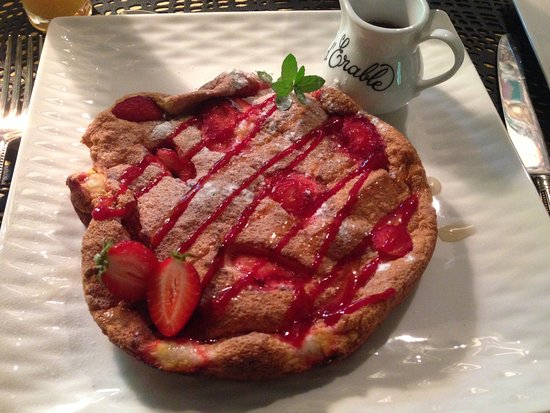 Lac-Superieur, Kanada: Soufflé with strawberries and maple syrup