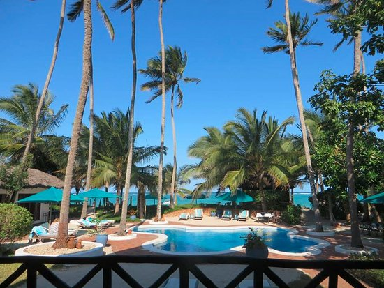 Diani Blue: Pool, with the beach in the background!