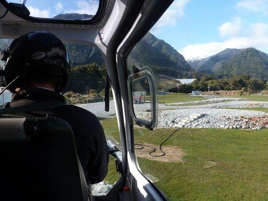 Franz Josef, Selandia Baru: El helicóptero se eleva desde la base que tienen en el pueblo.