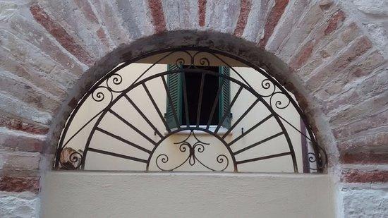 Il Vicolo Relais: la finestra della mia camera dal viottolo di ingresso