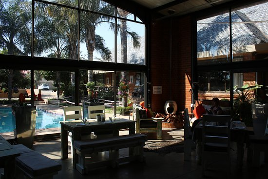 Sunrock Guesthouse : Pool and Dining