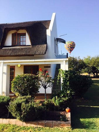 Hekpoort, Afrique du Sud : There is ballooning which is close by too! Very close!
