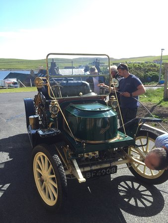 Hillswick, UK: 100year old car at the 100year old Hotel