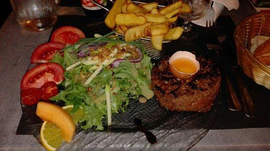 Le Boulevard: Tartare poelle maison super assiette super bien.garnie on mange pour sa fin accueil sympa restau