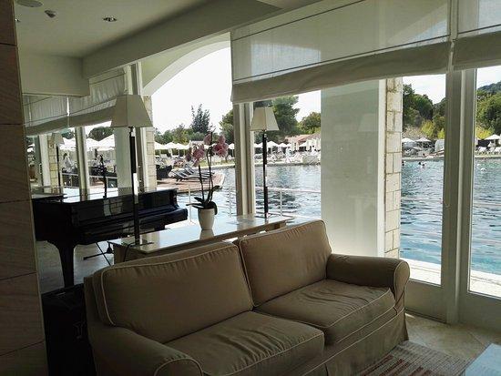 Terme di Saturnia Spa & Golf Resort: Bar con vista piscina termale