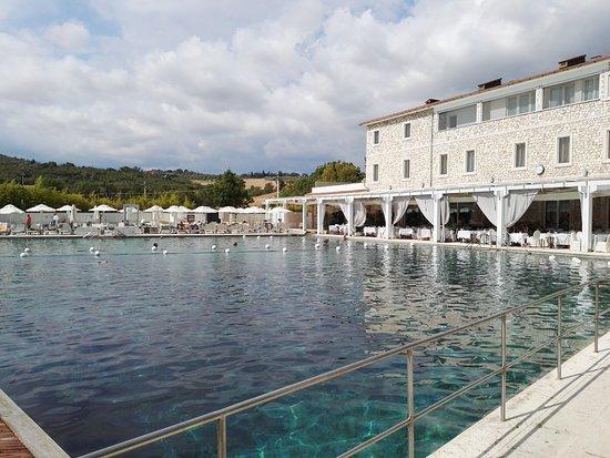 Terme di Saturnia Spa & Golf Resort: a bordo piscina termale
